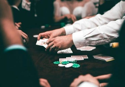 permainan poker di meja
